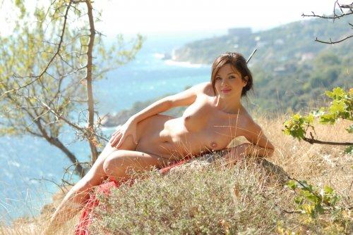 Яркий фотосет сексуальной Карины на обрыве