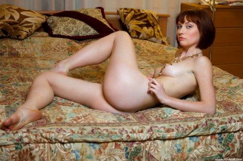 Bea G. на большой кровати