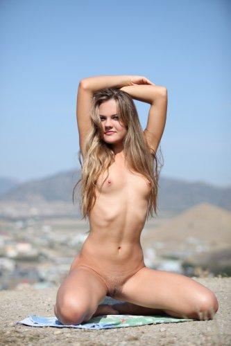 Сексуальная красотка April делает эротические фото на свежем воздухе