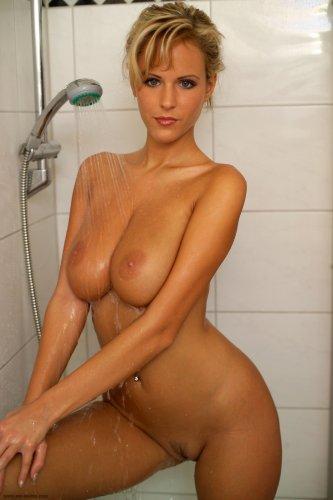 Zuzana Drabinova принимает душ