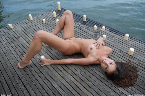 Lorena со свечами у водоёма
