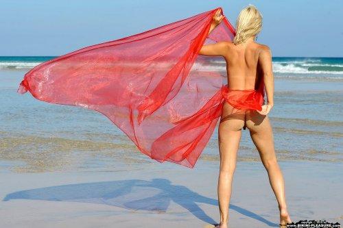 Голая Adriana с платком на пляже