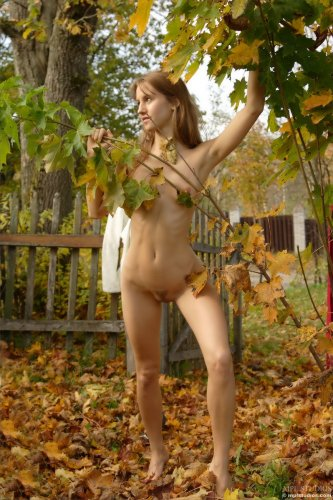 Алиса осенью в саду