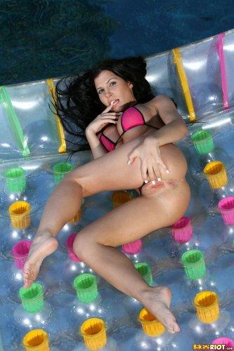 Rebecca Linares на надувном матрасе
