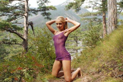 Блондинка Gera раздевается в лесу
