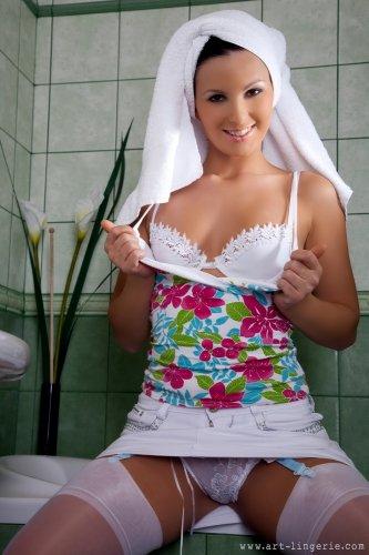 Сексопильная няшка Mili Jay с красивой гладкой попкой помыла голову в эротическом белье