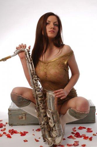 Sai осваивает саксофон