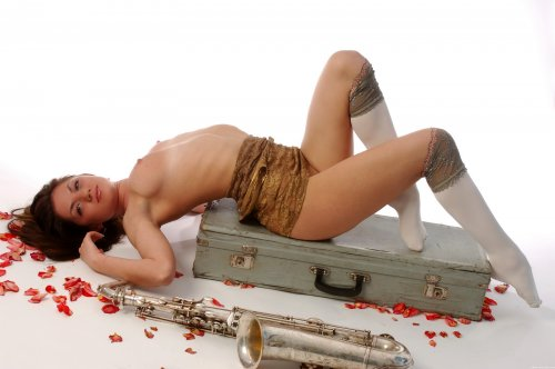 Sai осваивает саксофон.