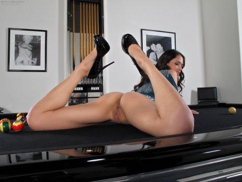 Милашка Tiffany Thompson на бильярдном столе