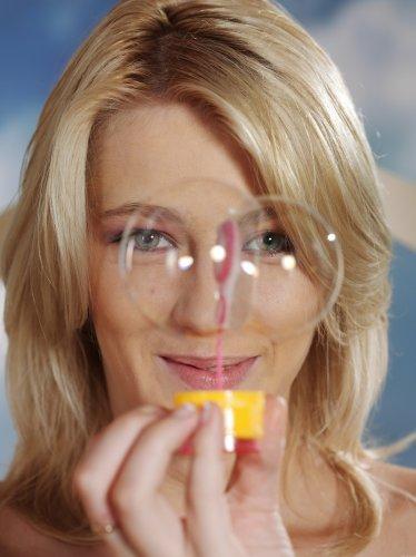 Mila пускает мыльные пузыри