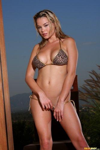 Brea Lynn в леопардовом бикини
