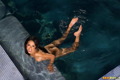 Zeina в бассейне