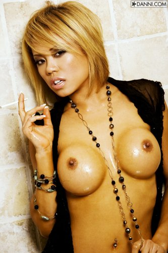 Carla Maria с сигаретой