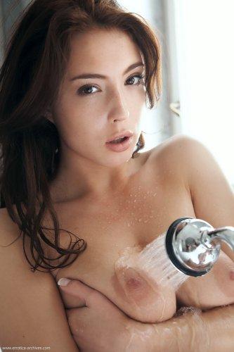 Bijou в ванной поливает свою грудь из душа
