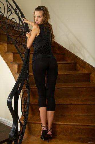 Eufrat разделась на лестнице