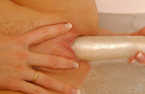 Irena с обнажённой розовой пиздой намочила трусики и мастурбирует в ванной