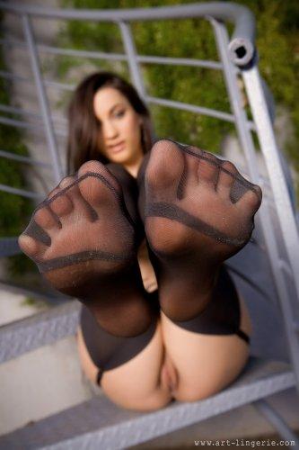 Georgia Jones на винтовой лестнице