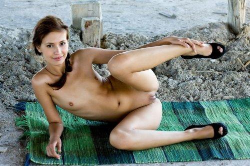 Соблазнительная девушка Ирина снимает платье и фоткается голая в туфлях