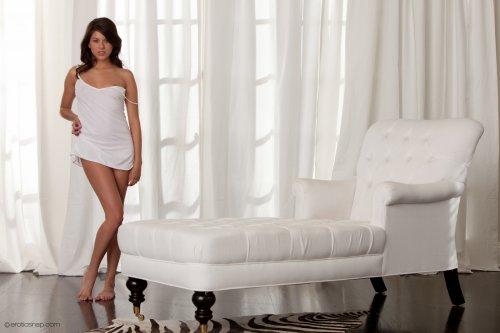 Shyla Jennings на белоснежном кресле