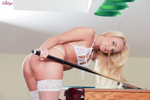 Ivana Sugar (Светлана Серегина) на бильярдном столе