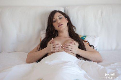 Jennifer White мастурбирует в постели