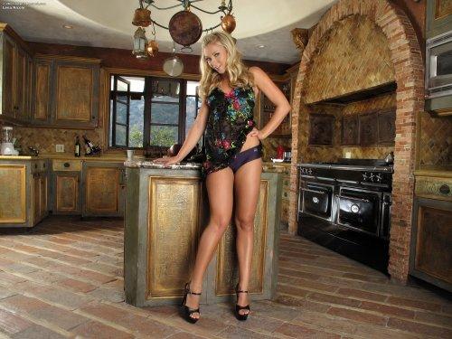 Развратница Lena Nicole на кухне