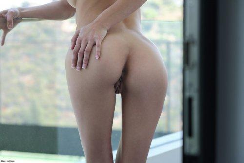 Миниатюрная Malena Morgan снимает юбку и трусики