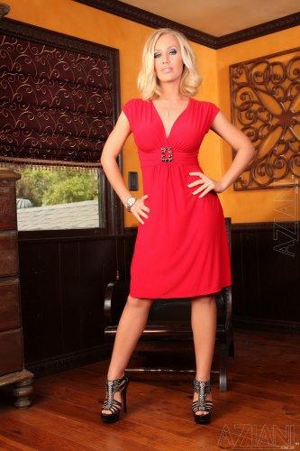 Nicole Aniston в красном платье