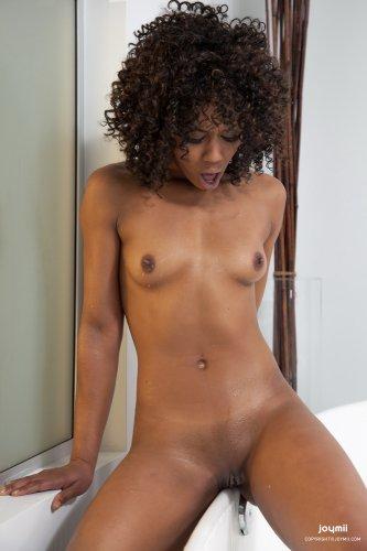 Темнокожая красотка Misty в ванной