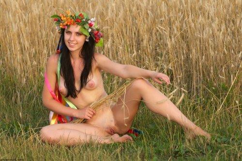 Натали с венком на голове делает частные эротические фото с другом в поле