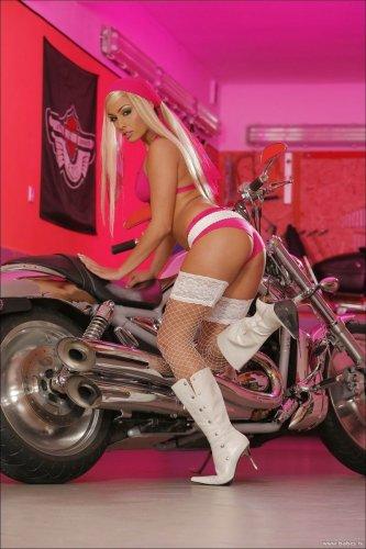 Anetta Keys и мотоцикл