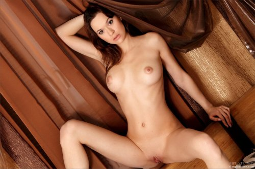 Страстная Iveta на кровати