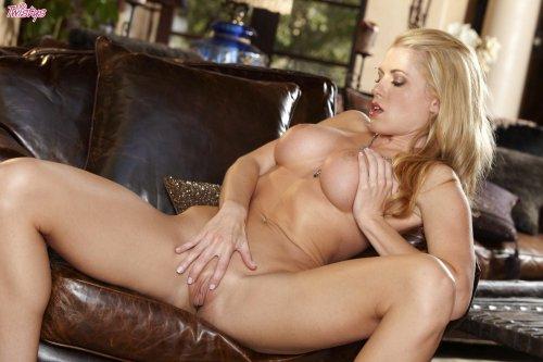 Randy Moore - голая красотка на кожаном кресле