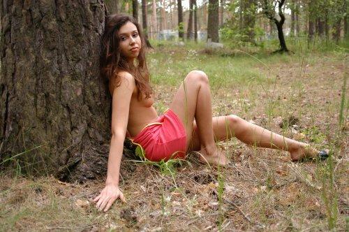 Alba возле дерева