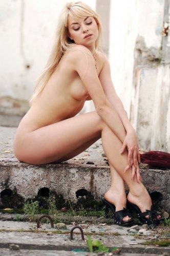 Блондиночка Майя на развалинах