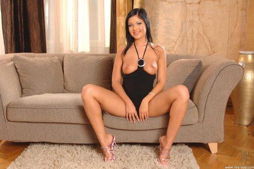 Angelica Heart на диване