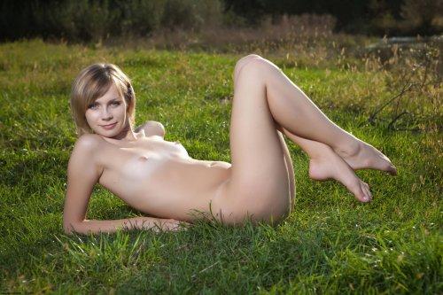 Dani отдыхает голая на речке