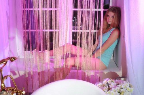 Блондиночка Kisa в неоновом свете
