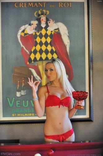 Sophia в красном белье