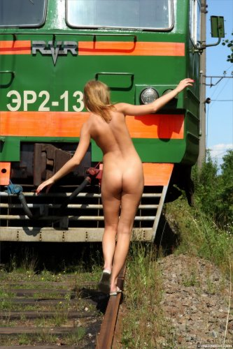 Лана раздевается на железной дороге