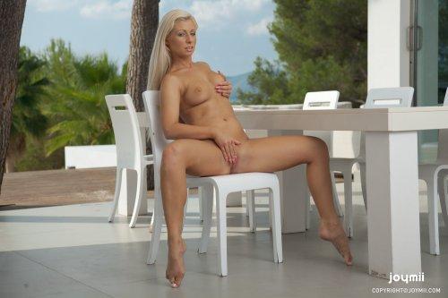 Красотка Candy Blond на столе