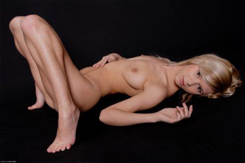 Блондинка Paloma в темноте