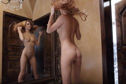 Kato раздевается у зеркала