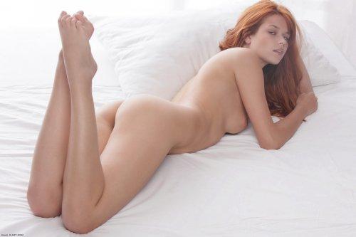 Рыжая Kami на белоснежной постели