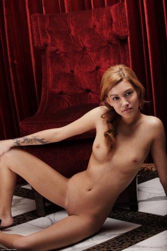 Жгучая обнажённая красавица Kato позирует в красном кресле для студии X-Art