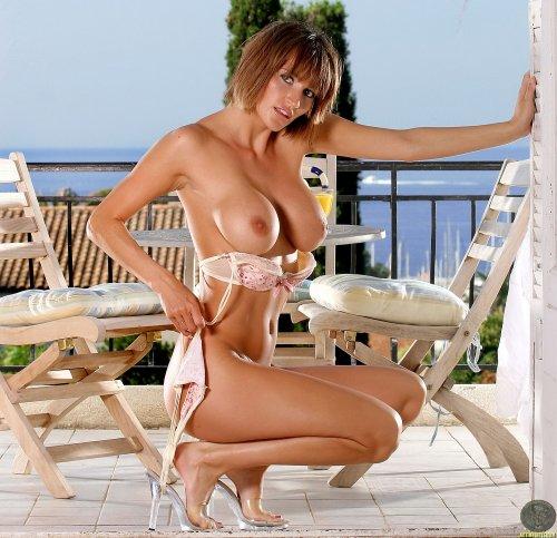 Сисястая сексопильная мамочка Natalie завтракает обнажённая на балконе