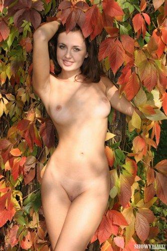 Kristi в осеннем лесу