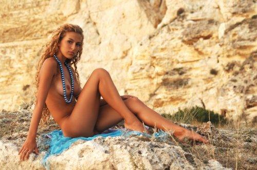 Kati раздевается на скалах