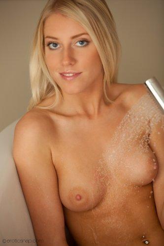 Мокрая киска Klara в ванне