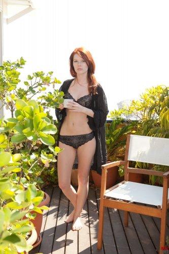 Mia Sollis на балконе